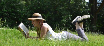 Lukeva nainen nurmikolla