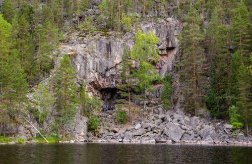Kalliojyrkänne, jossa kalliomaalaus.