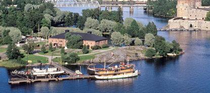 Ilmakuva, Riihisaaren museorakennus, edustalla laivoja laiturissa.